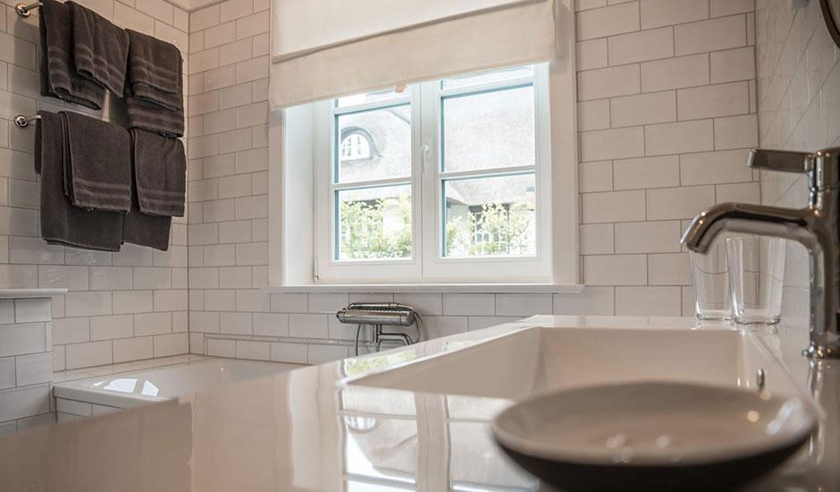 Badezimmer im Hoheneichen Hohwacht Reetdach Ferienhaus an der Ostsee