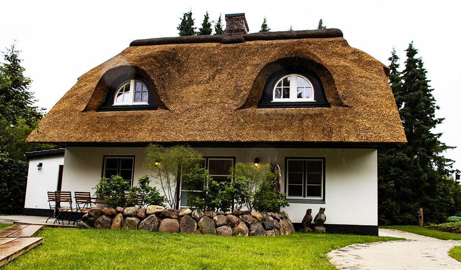 Eulenhaus Terrasse der Hoheneichen Hohwacht Reetdach Ferienhäuser an der Ostsee