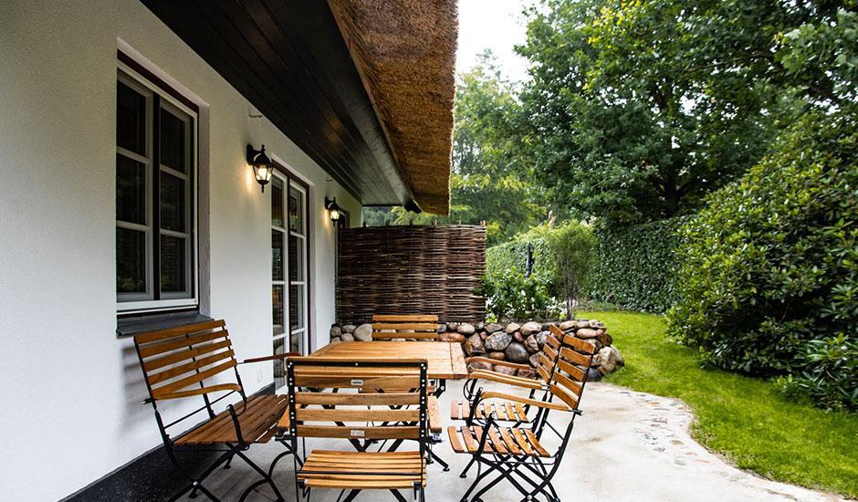 Brunnenhaus Terrasse der Hoheneichen Hohwacht Reetdach Ferienhäuser an der Ostsee