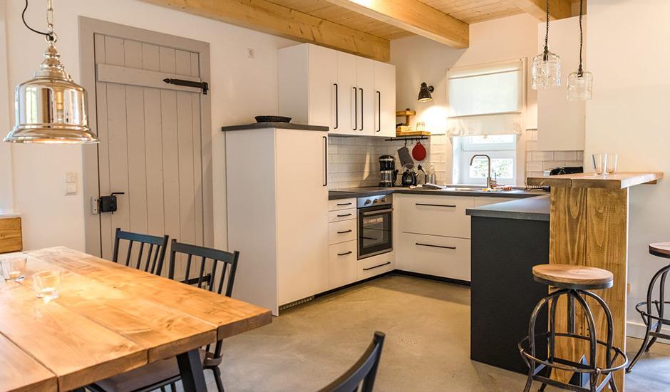 Küche im Hoheneichen Hohwacht Reetdach Ferienhaus an der Ostsee
